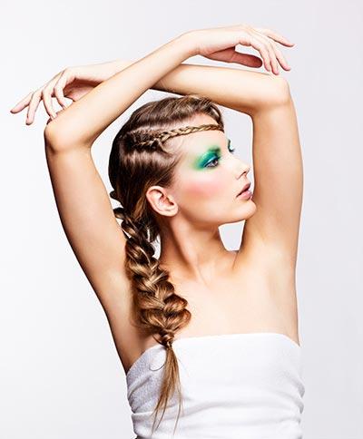 Geflochtener Seitenzopf Im Hippie Look Geflochtene Haare Und Frisuren