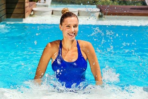 Aquagymnasik Übungen mit der Schwimmnudel
