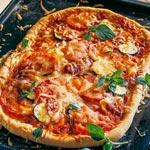 zum Pizza-Rezept - Gemüsepizza mit Salami
