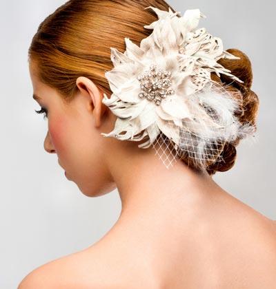 Haarschmuck mit weißen Blüten und Federn