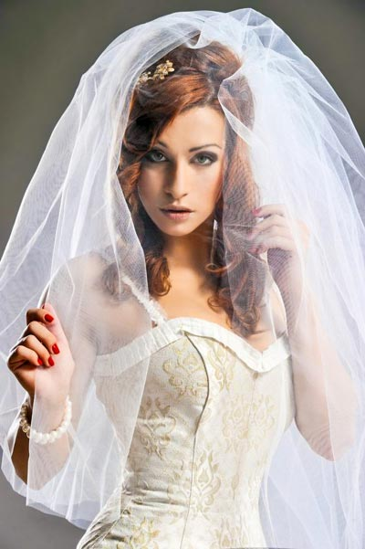 Anmutige, geheimnisvolle Brautfrisur mit üppigem Schleier