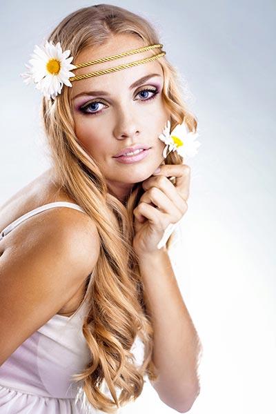 Langhaarfrisur mit Flower Power Haarband