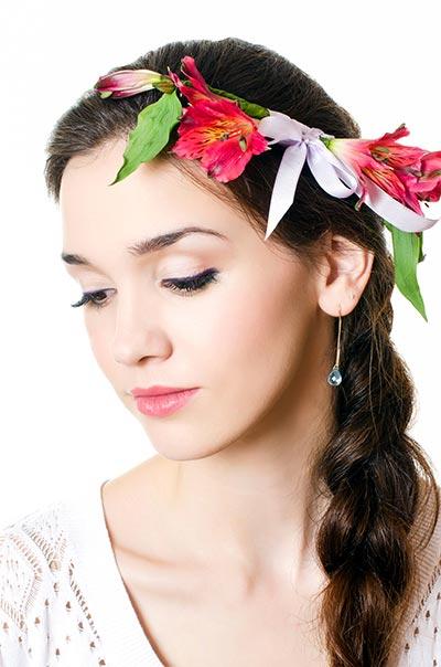 Einfache und schnelle Flechtfrisur mit Blumen im Haar