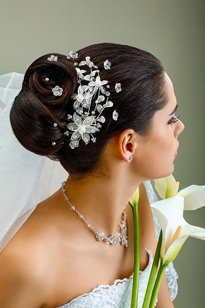 Chignon Mit Kristall Curlies Und Zartem Schleier Hochzeitsfrisuren