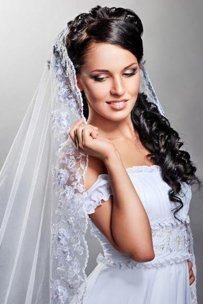 Verspielte Brautfrisur mit duftigem Schleier | Hochzeitsfrisuren ...