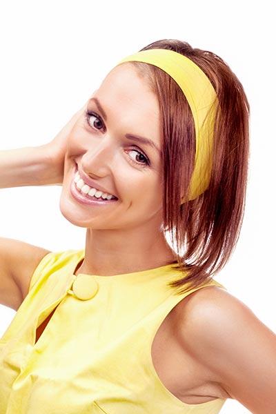 Frisur mit schlichtem Haarband