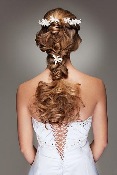 Romantisch geflochtener Zopf mit Blumen im Haar