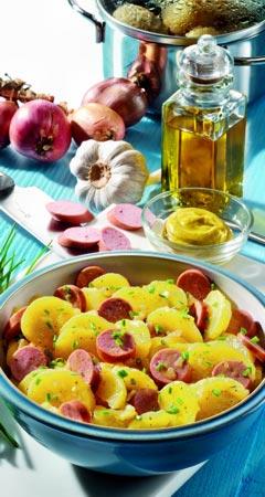 Kartoffelsalat mit Brühe, Essig, Öl und Wiener