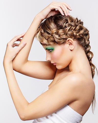 Geflochte Haare mit Haarkranz und Zopf
