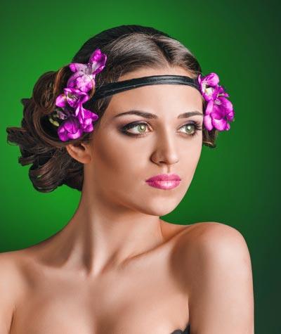 Extravagante Frisur mit Haarband und Blüten
