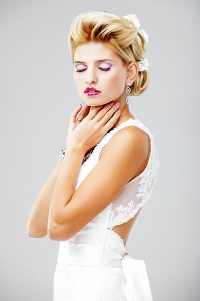 Hochzeits-Hochsteckfrisur mit Blumen im Haar