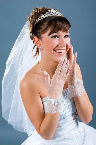 Brautfrisur mit Straßdiadem und zartem Schleier ...