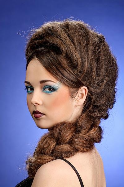 Geflochtener Seitenzopf mit gekreppten Haaren