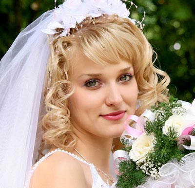 Brautfrisur Mit Zarten Locken Und Feinem Tullschleier