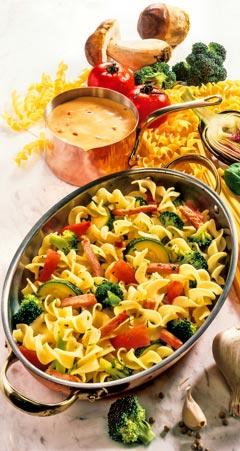 Nudelpfanne mit Brokkoli und Zucchini