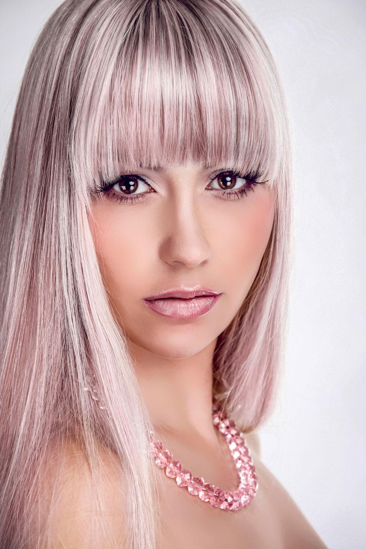 blonde partyfisur mit langen glatten haare, offen gestylt