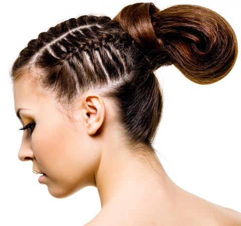 Coole Flechtfrisur mit lockerem Haarknoten