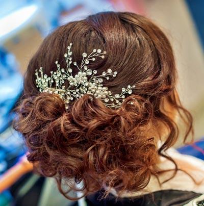 Haarschmuck mit Perlen und Kristallen