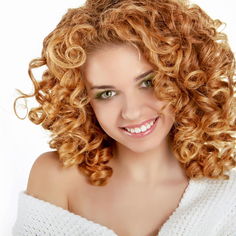 Blonde kleine Locken | Lange Frisuren mit Locken