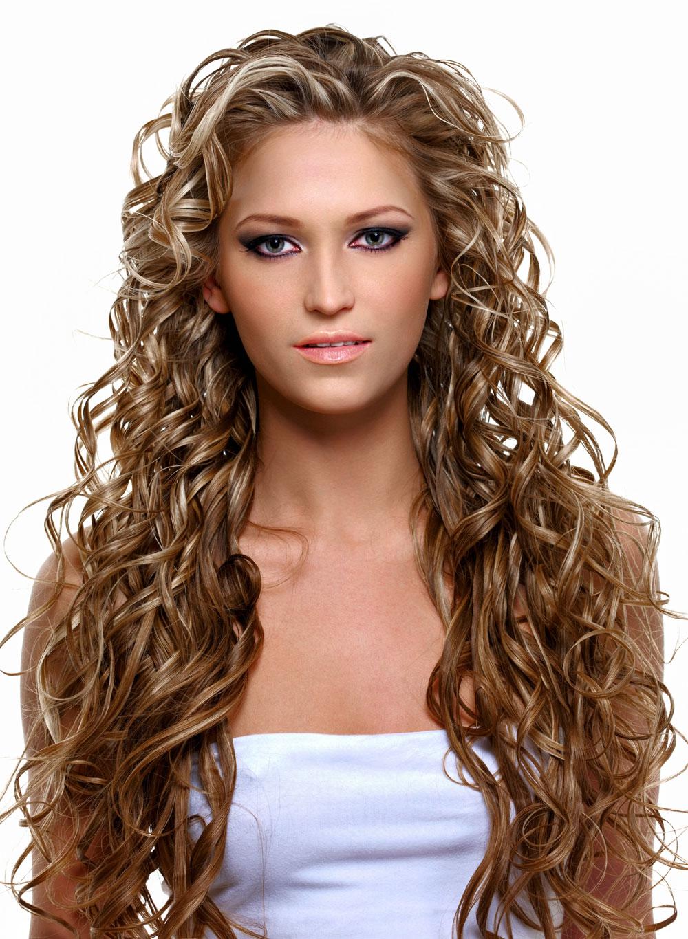 Sehr lange Haare mit wilden Locken und Strähnchen | Schöne ...