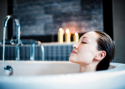 entw ssern durch ein vollbad mit meersalz gegen wassereinlagerungen. Black Bedroom Furniture Sets. Home Design Ideas
