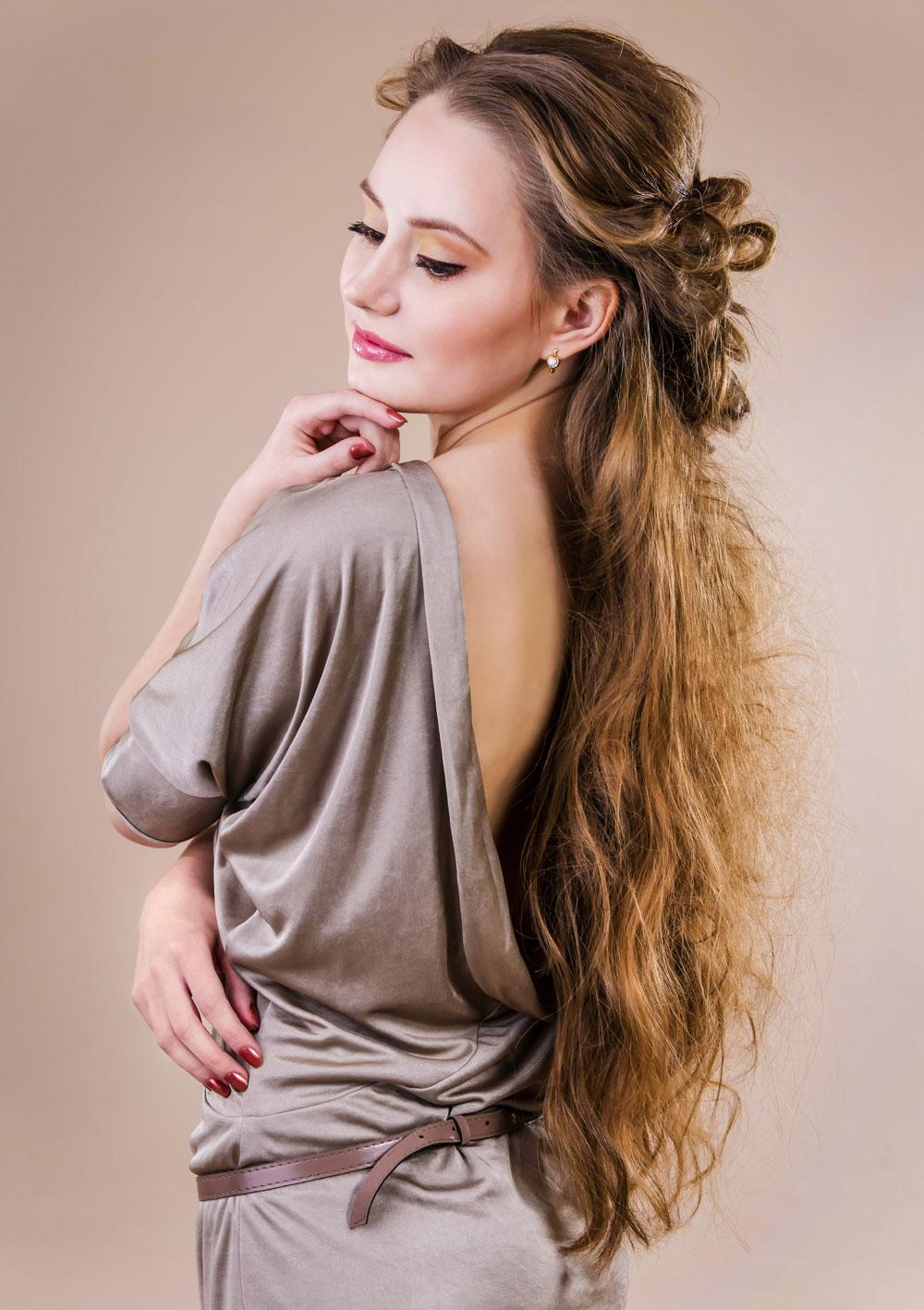 sehr lange haare, halb hochgesteckt frisiert| schöne
