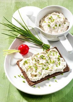 Buttermilch-Diät - 3. Tag: Zwischenmahlzeit - Pumpernickel mit Schnittlauchquark