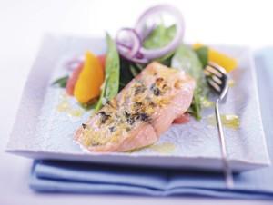 LOGI Rezepte: Lachsfilet mit fruchtigem Spinatsalat
