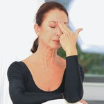 weiter zu Beauty Tipps - Massagegriff gegen Zornesfalte
