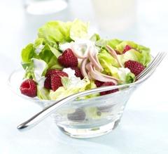 Leckere Salate: Salatherzen mit Himbeeren und Schinkenstreifen an Sahne-Pfefferminz-Dressing