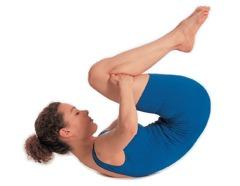Pilates Übungen Bauch: 2. Atmen Sie ein und rollen Sie sich nach hinten ...