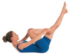 Pilates Übungen Beine: 2. Schieben Sie das Kinn in Richtung Brust und heben Sie die Schultern von der Matte ab ...