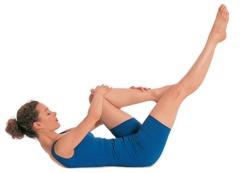 Pilates Übungen Beine: 3. Atmen Sie mit angehobenem Kopf aus und wechseln Sie dabei die Position Ihrer Beine und Hände ...
