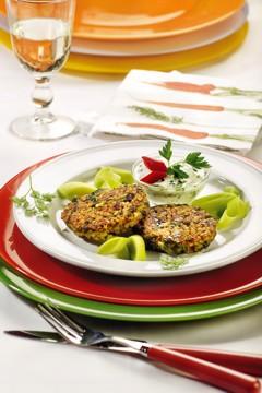 Histaminintoleranz Rezepte: Dinkelgrießtaler mit Gurken-Radieschen-Käse-Salat