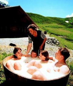 Urlaub Europa in Gstaad: Ein Molkebad unter freiem Himmel sorgt für Spaß und Entspannung
