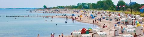 Ferien an der Ostsee: Gesäumt von der Promenade, lädt der vier Kilometer lange Badestrand Sonnenhungrige und Wasserratten zum Verweilen ein.