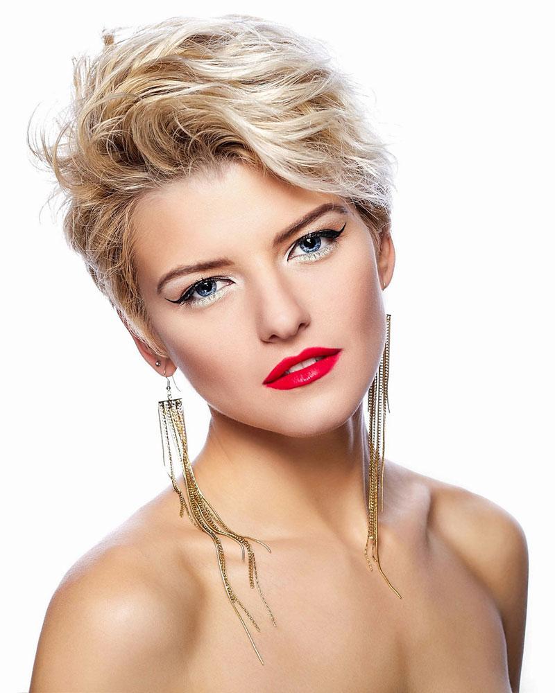 Blond gesträhnte Haare und blaue Augen - Blonde kurze Haare