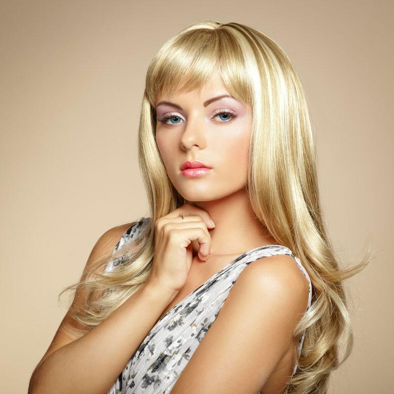 dickes blondes haar mit strähnchen und pony - blonde lange