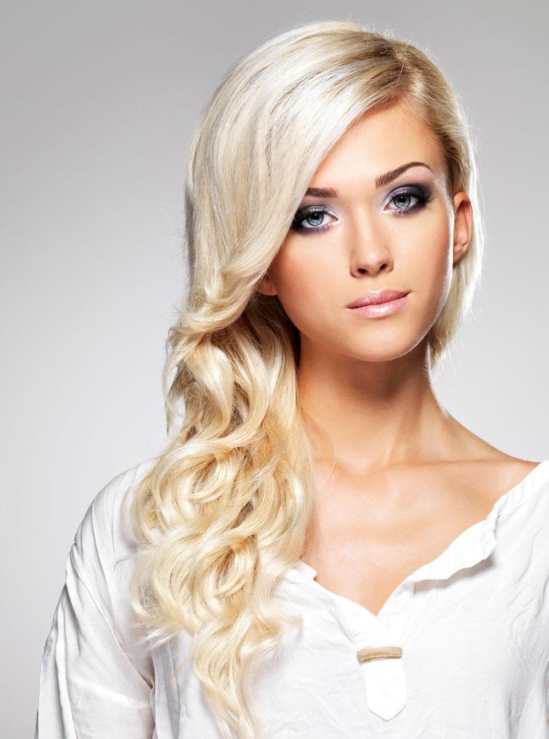 Blond Gefarbte Haare In Langer Lockenfrisur Blonde Lange Haare