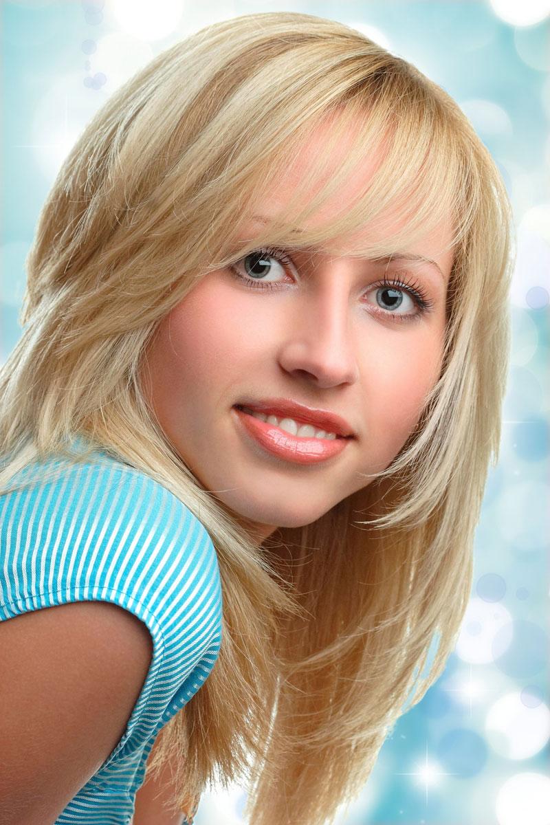 Schöner Stufenschnitt mit hellen Strähnchen - Blonde lange ...