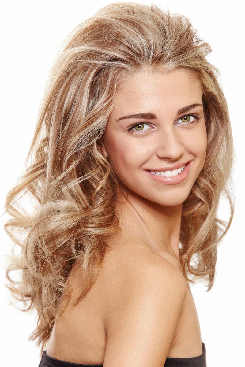 Blonde Haare mit Strähnen in lockiger Langhaarfrisur