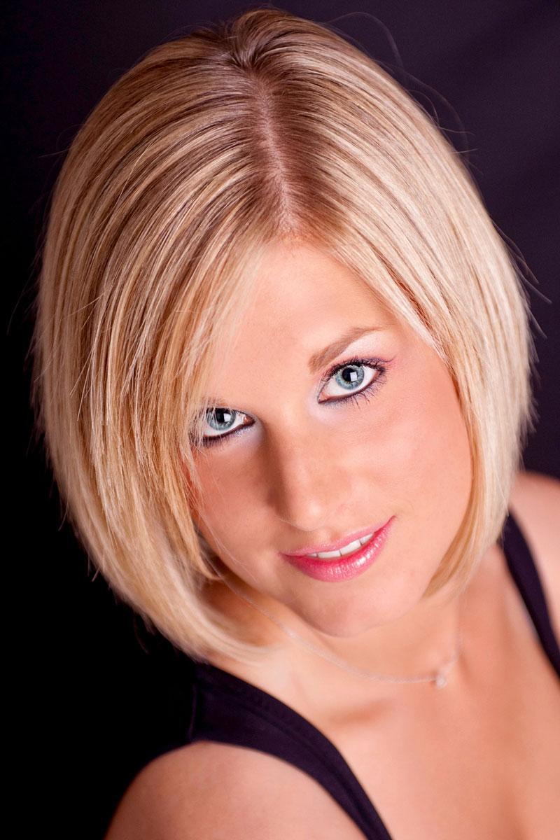 blonde haare und blaue augen klassischer short bob blonder bob. Black Bedroom Furniture Sets. Home Design Ideas