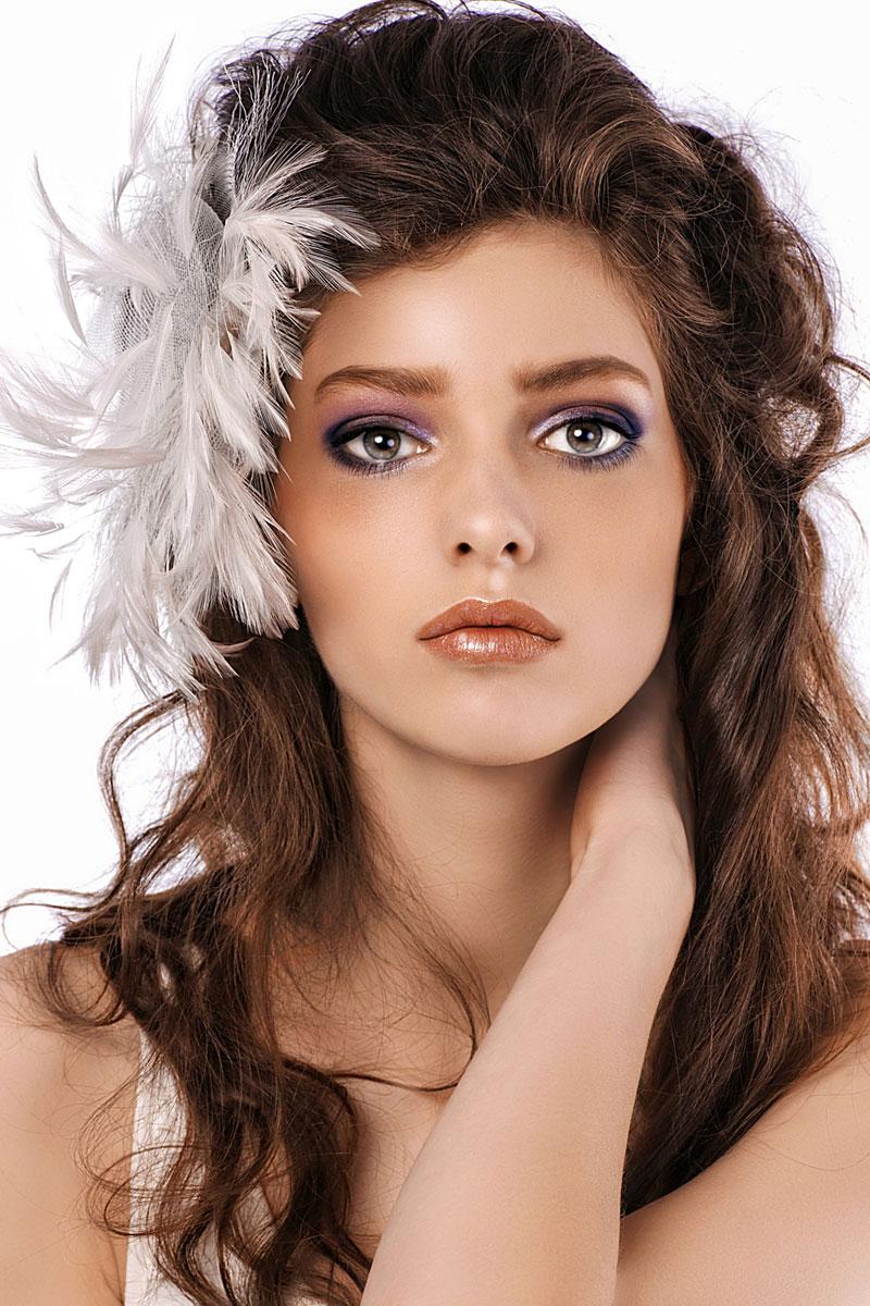 Braune Haare und braune Augen - Partyfrisur im Undone-Look