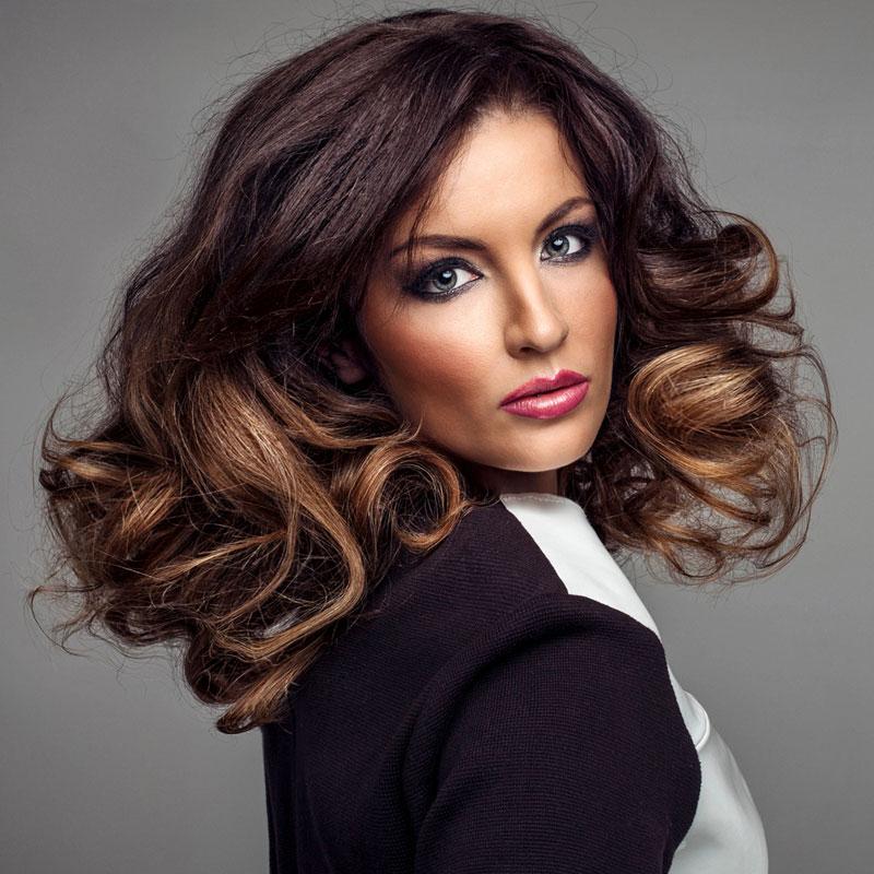 Schicke Frisur für lange lockige Haare - Braune lange Haare