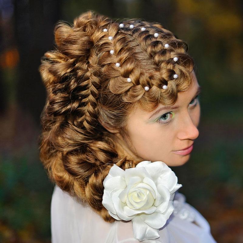 Flechtzopf Am Kopf Mit Perlen Und Blume Im Haar Flechtfrisuren Fur