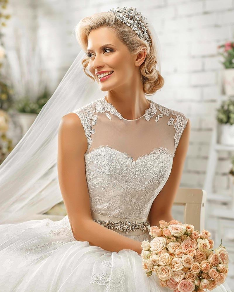 Elegante Brautfrisur Mit Tiara Hochzeitsfrisuren Brautfrisuren
