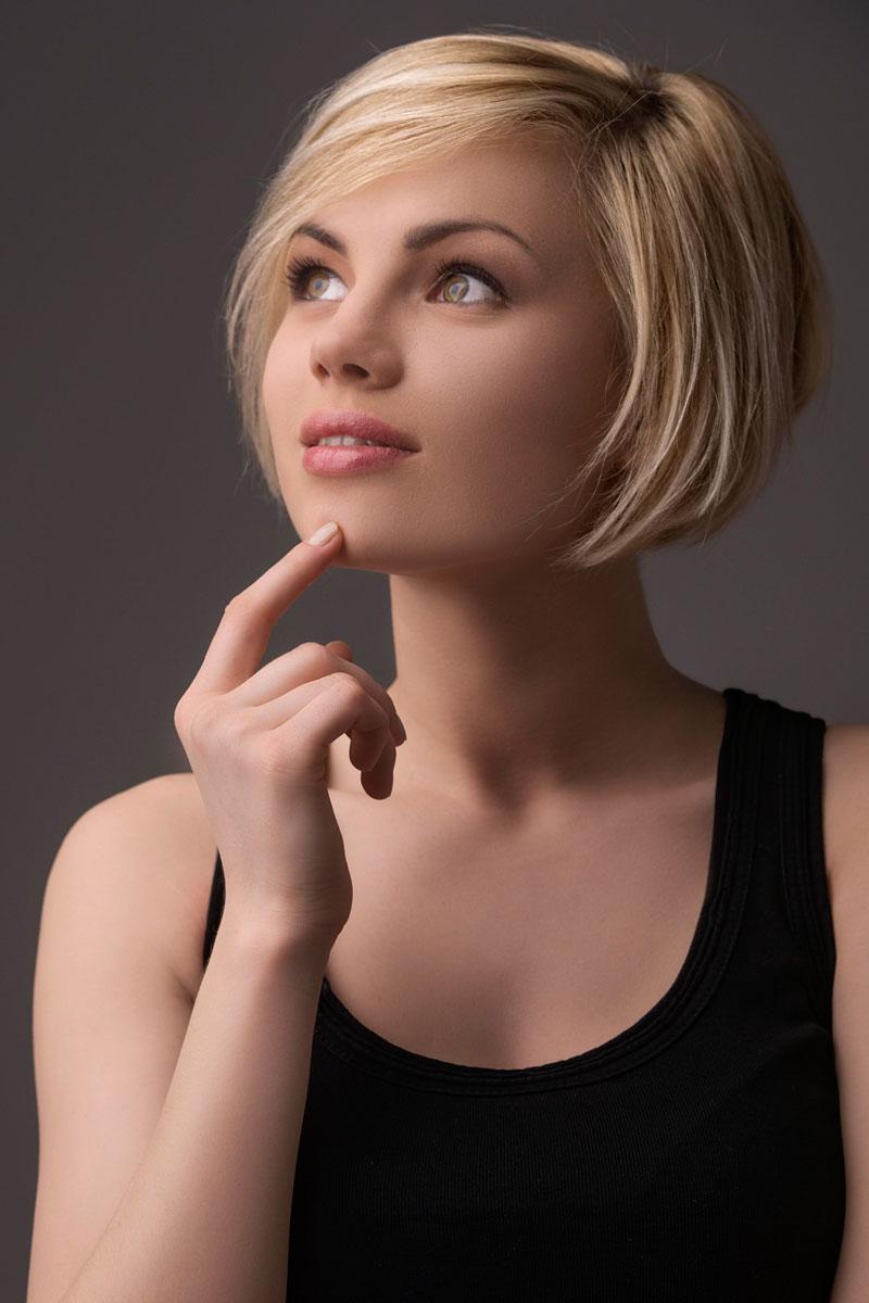 modische kurzhaarfrisur mit blonden strähnchen - elegante
