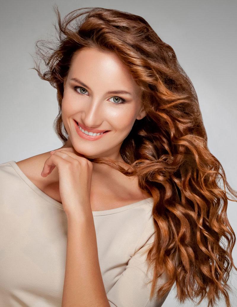 partyfrisur für lockige lange haare, offen gestylt | rote