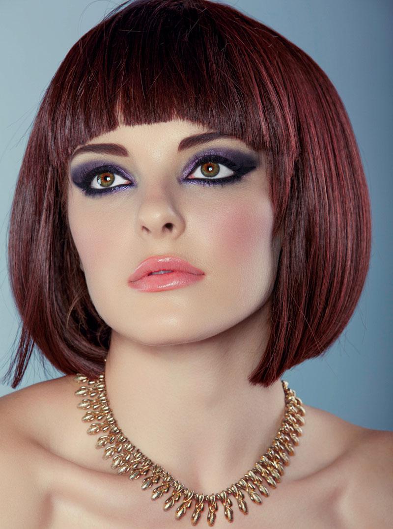 dunkelrote haare mit str hnen und klassischem bob cut rote haare. Black Bedroom Furniture Sets. Home Design Ideas