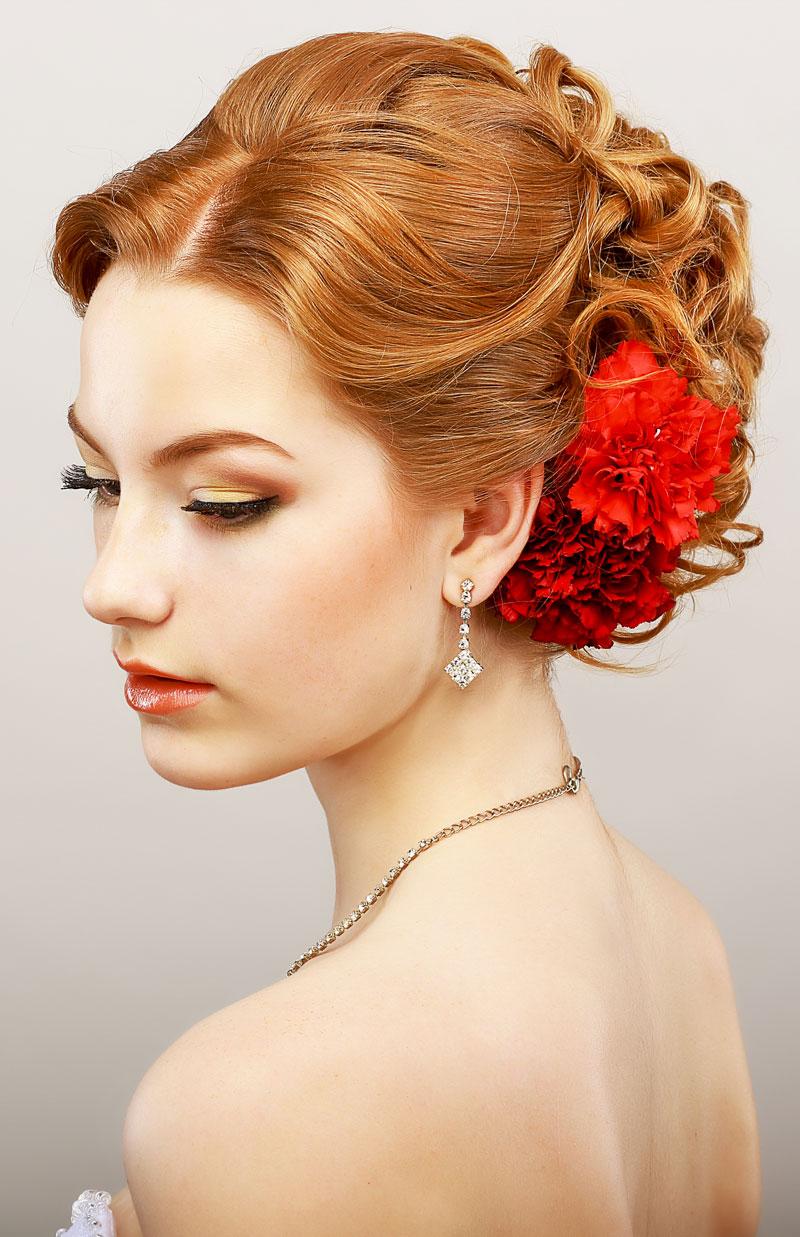 Elegante lockige Hochsteckfrisur mit rot gefärbten Haaren  Rote Haare